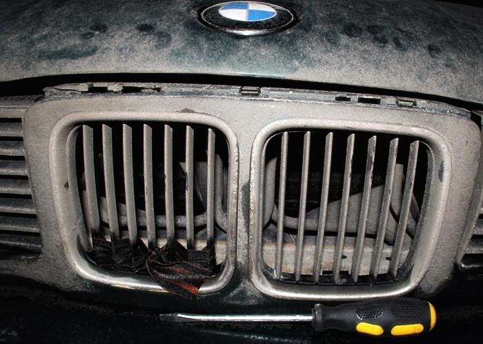 Откройте капот с помощью отвертки BMW e34